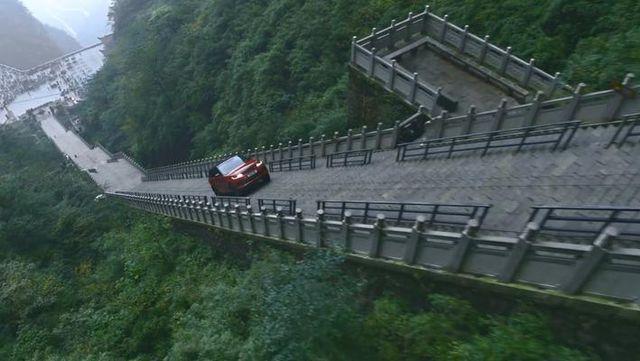 视频:路虎揽胜运动版挑战天门山999级天梯