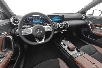 2020款奔驰A级200 L运动轿车黑棕内饰