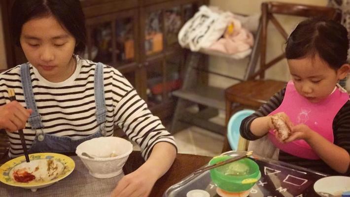 黄磊做大餐多多姐妹俩吃很嗨