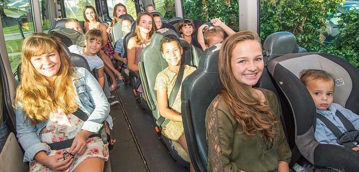 夫妇养育16名子女 出门像坐公交车