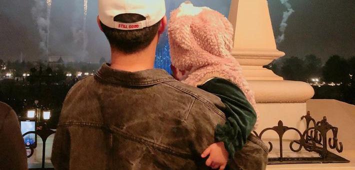 陳赫為女兒慶生迪士尼看煙花