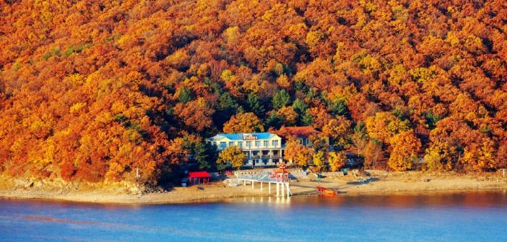 镜泊湖的深秋,一半金红,一半蔚蓝