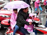 赤峰雨中彰显父母对孩子的爱