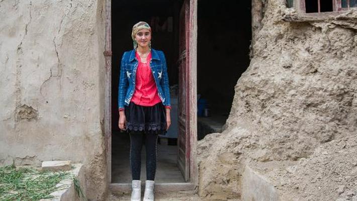 这个天仙般的姑娘住在泥洞里