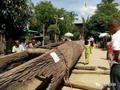 缅甸河里现巨型古董独木舟 打捞前惊动政府