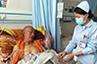被挡在ICU病房外的藏族比丘