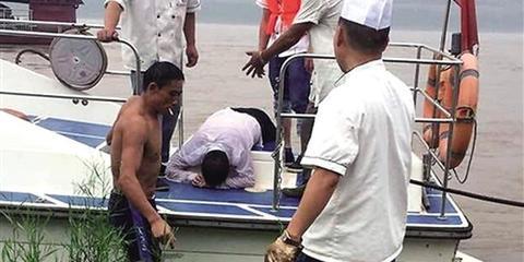 重庆一男子油门当刹车开车沉入江底