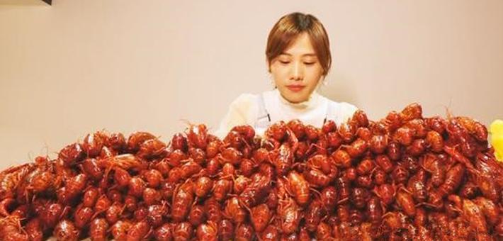 跪了!重庆90后美女一次吃40斤小龙虾