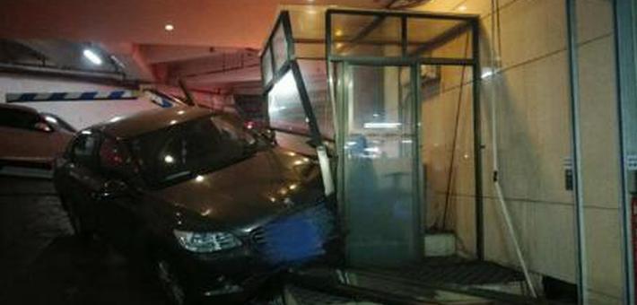 女司机车库倒车 挂错挡撞烂收费亭