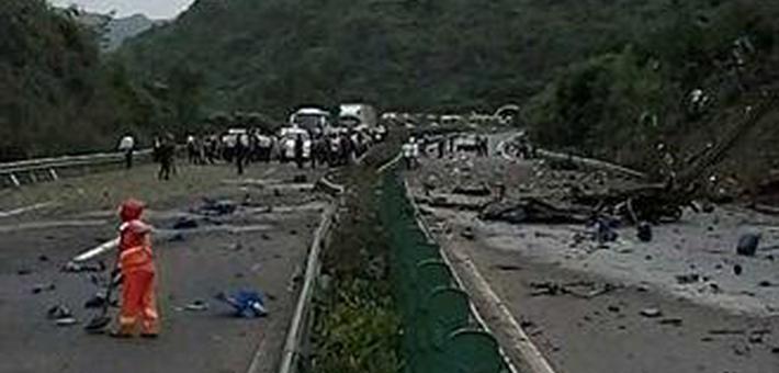 沪蓉高速上危化品货车起火4人受伤