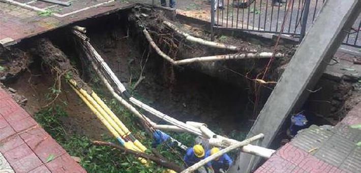 重庆南岸区一段人行道发生塌陷