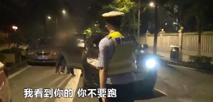 世界杯期间严查酒驾 男子遇查弃车就跑