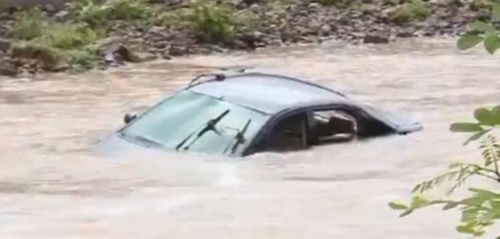 山洪暴发还强行驾车过河 5人险被冲走