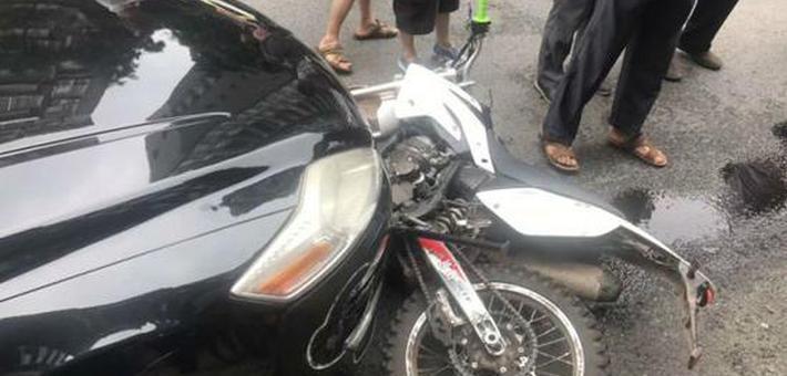 出租车双黄线掉头 摩托车被撞飞