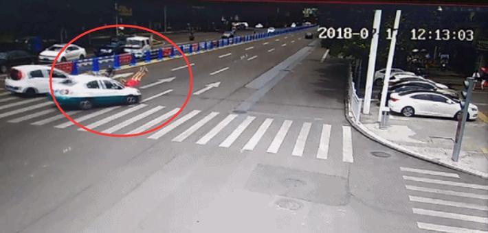 吓人!司机把斑马线上的行人撞飞