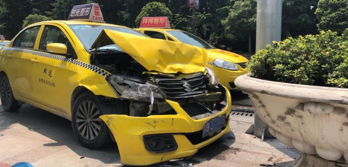 出租车为避撞前车猛撞向路边