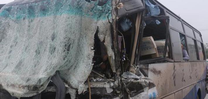 重庆一客车和货车相撞 客车驾驶员被困