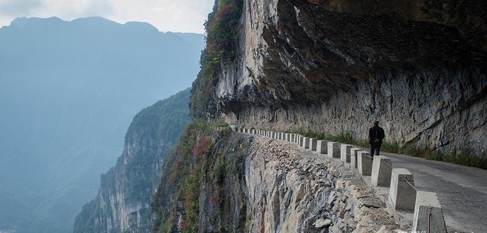 重庆悬崖天路 一侧便是峭壁望而生畏