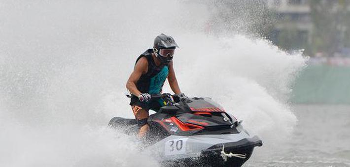 航拍水上摩托艇竞赛 卷起浪花朵朵