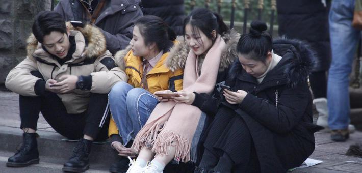 重庆在寒风中迎来艺考 俊男美女扎堆