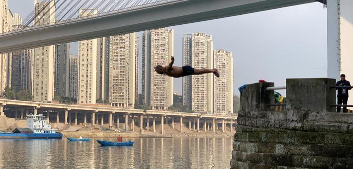 """独家:重庆沙滨路上的冬日""""飞人"""""""