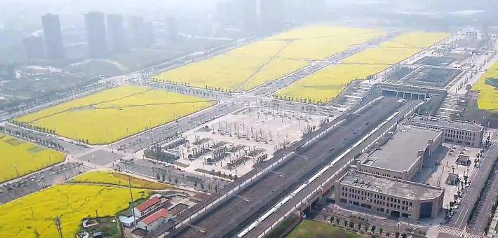 重庆千亩油菜花走红 高铁在花海中穿行