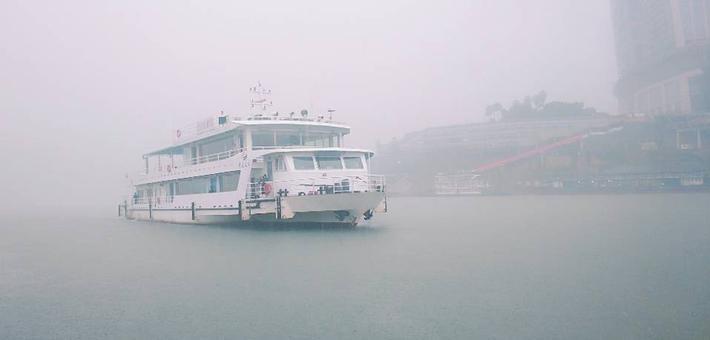 现场打探雨中的重庆地标