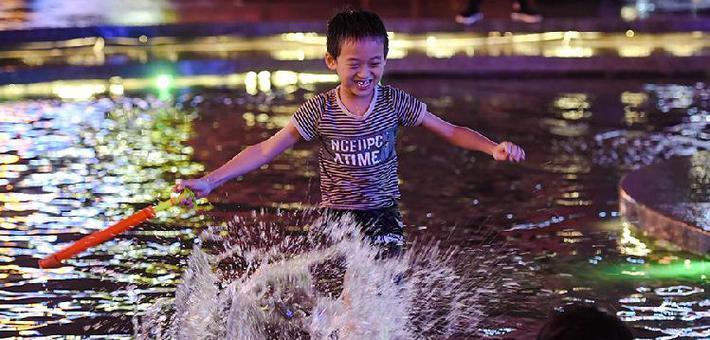 重庆持续高温 小朋友躺在水中享受清凉