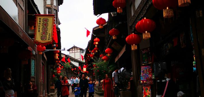 大红灯笼装扮重庆老街 游客感叹壮观
