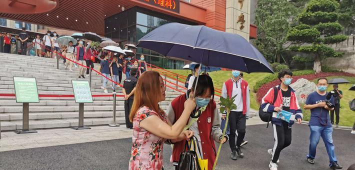 重庆高考温馨瞬间 谢谢家长老师的付出