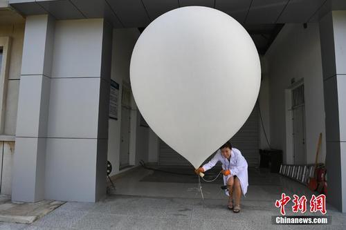 探访长春百年气象站探空气球:万米高空的听诊器