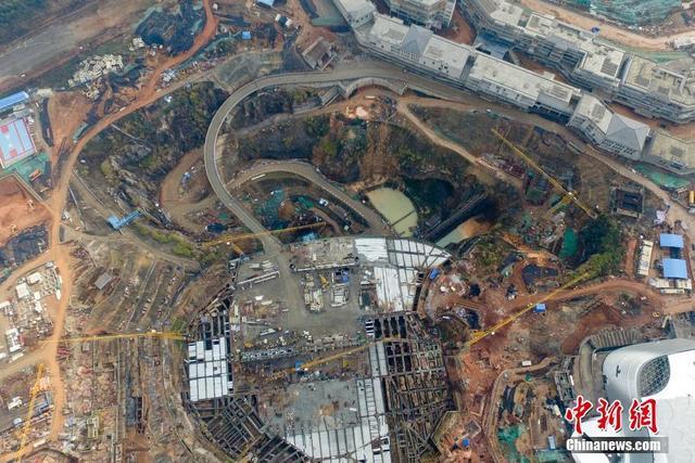 设计方案将220米长,160米宽的巨型室内雪乐园主体建筑悬浮于深坑之上