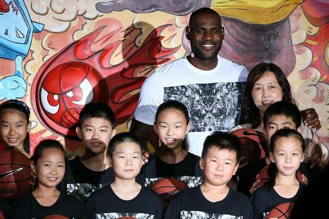 詹姆斯确定今年8月份再来中国!詹姆斯球迷们,你们都见到过詹姆斯了吗?和詹姆斯距离最近的一次是在哪?你最想詹姆斯去哪个城市?