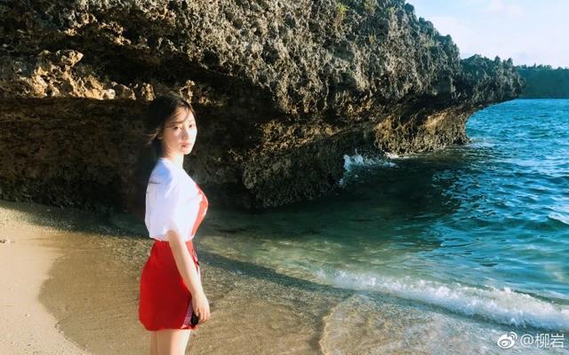 6月10日,柳岩微博晒出一组海边度假的美照,照片中的她美腿修长,上围傲