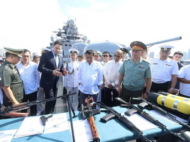 俄军为菲律宾运来大批军火