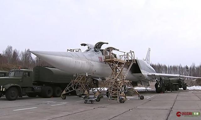 俄军两架图22M3轰炸机飞巡黑海