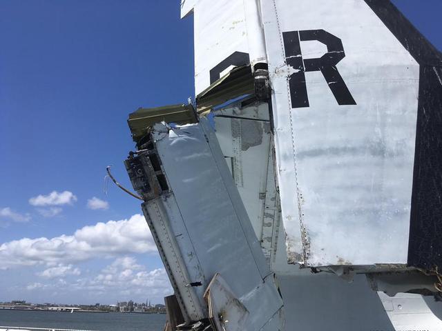 美航母F18没装刹车撞上预警机