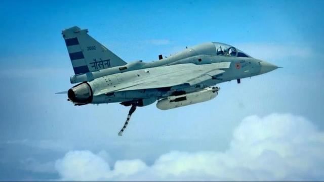 """印度LCA战机亮出""""着舰尾钩"""""""