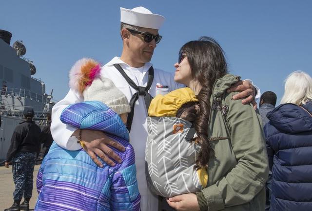 美舰队奔赴地中海海员泪别家属
