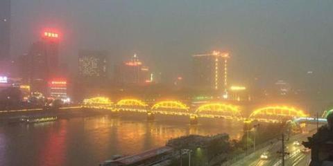兰州遭大风沙尘 百年铁桥沙中若隐若现