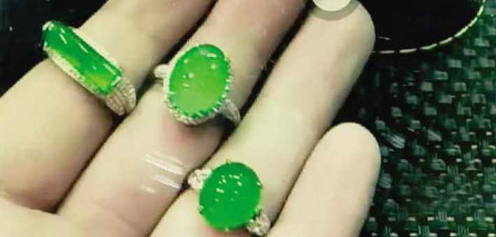 女子捡到昂贵的翡翠戒指后归还失主