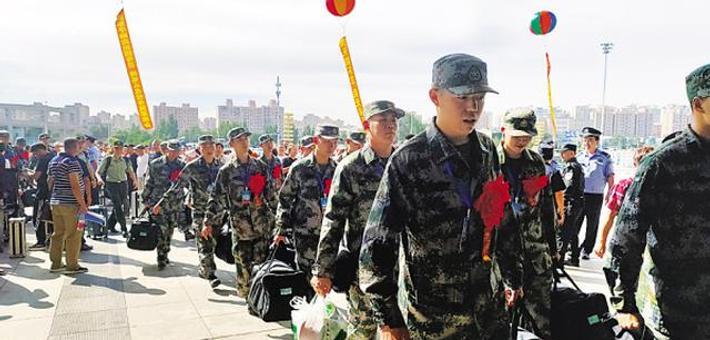 大连为120名入伍新兵举行欢送仪式