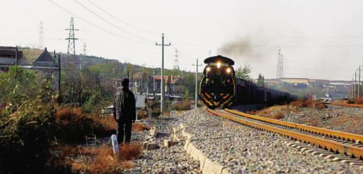 79岁大爷狂奔50米拦停火车