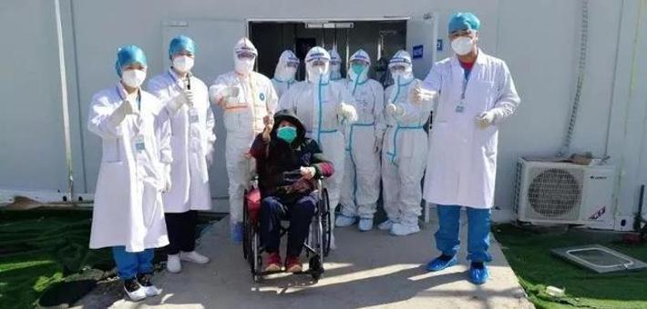 大连医疗队雷神山救治首批治愈患者出院
