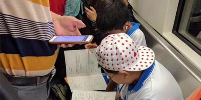 写作的小学生公交车上进击业暖心司机备好桌强小学益深圳图片