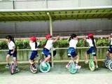 日本小学生骑独轮车学习自立