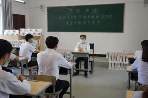 """驻老挝大使看望慰问中国留学生并发放""""健康包"""""""