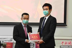 """中国驻法大使馆向留学生发放首批万余个""""健康包"""""""