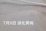 暴雨下的湖北黃梅考點:考生排長龍涉水趕赴考場