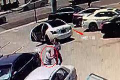 美國華裔女子遇搶劫拼命反抗:監控拍下全程